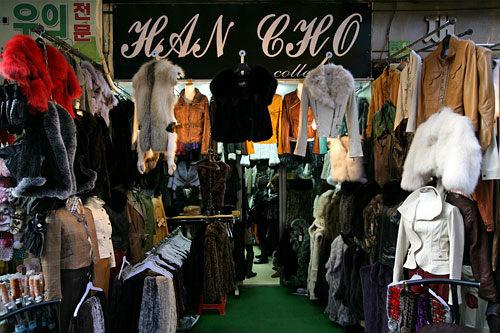 HAN CHO collection(地図:緑3)販売歴20年以上のオーナーによるレザー専門店。ジャケットやコートをメインとした商品が所狭しと並ぶ。既製品目当てで来るお客さんが多いが、オーダーメイドも可。