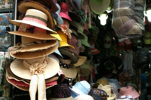 SEGI Cap&Hat(地図:緑7)キャップ、ニット帽、お洒落帽子などが所狭しと並ぶ帽子専門店。日本からバイヤーが買い付けにきたり、日本への輸出も行なう。