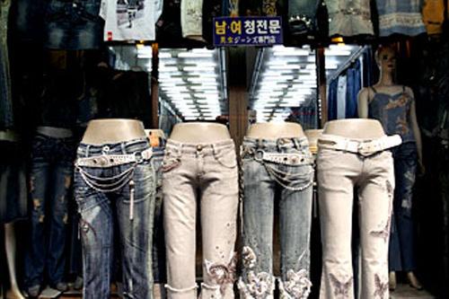 ミョンジンジーンズ(地図:緑8)様々なジーンズが勢揃い。刺繍やラインストーンなど、ひとひねりされたデザインも多数。