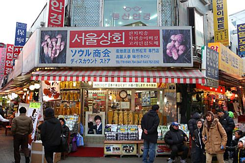 ソウル商会(地図:緑14)メインストリート沿いに位置、韓国海苔をはじめ、各種韓国伝統茶や高麗人参、伝統菓子などの韓国食品を専門に扱っているお店。