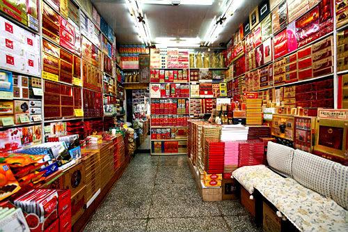 高麗人参南大門店(地図:緑16)高麗人参のエキスやカプセルをはじめ、多様な健康機能製品を自社工場で直接製造、販売するお店。