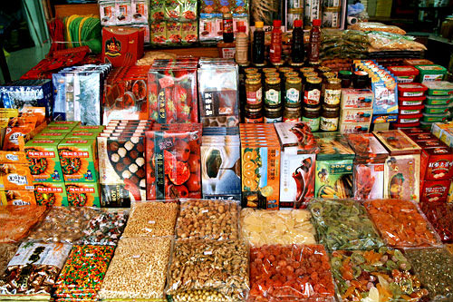 長安商社(地図:緑18)伝統茶や調味料、お菓子など食料品の専門。イチゴ・栗・唐辛子など変り種チョコレートも。