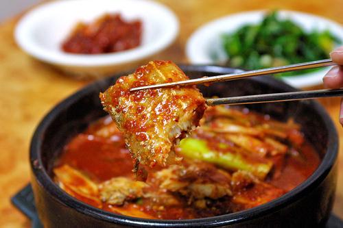 ワンソン食堂(地図:赤1)太刀魚横丁の人気店。お店こだわりの特製薬味で煮込んだカルチジョリムはじめ、15種類以上の家庭料理が揃う。