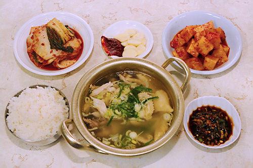 タッチンミ(地図:赤4)身の引き締まった雌鶏を使ったタッコムタン(鶏煮こみスープ)が名物。味のある小鍋で出されるのもGOOD!スープにご飯を入れてクッパにしても。