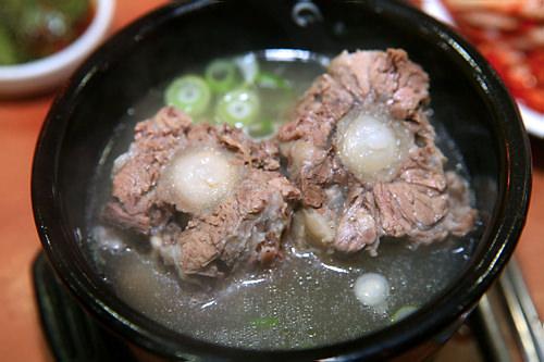 ウノ食堂(地図:赤6)ぶつ切りの牛のテールを煮込んだスープ、コリトマッを親子三代、70年間同じ場所で出し続ける老舗店。柔らかい肉とコクの深いスープは天下一品。