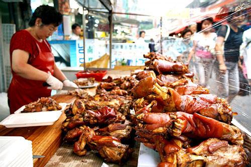 中央王チョッパル(地図:赤9)豪快なチョッパル(豚足)は通りからも目立つ。嬉しい24時間営業。