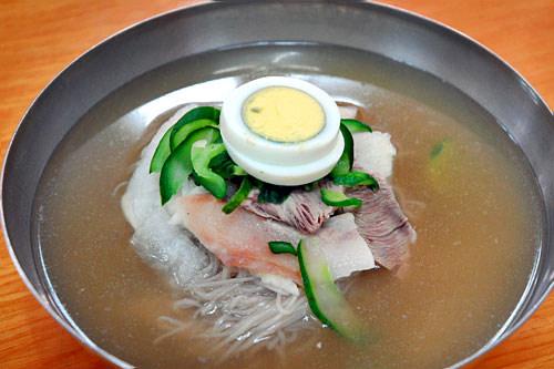 プウォン麺屋(地図:赤10)自家製麺による、平壌(ピョンヤン)式冷麺を提供。秘伝の薬味が入り、ひと味違う風味のあるピンデトッ(緑豆チヂミ)もおさえておきたいメニュー。