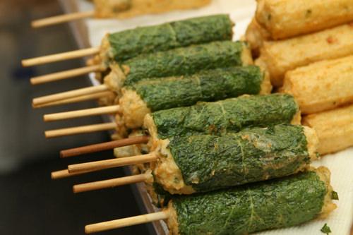 ホットッ三国志(地図:赤13)パンの中に甘い蜜やくるみなどが入っているホットクが大人気。練り物を揚げたホットクバーなども。