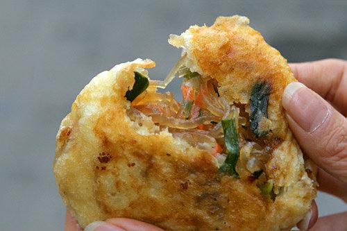 野菜ホットッ(地図:赤14)チャプチェ(韓国風春雨)のようなたっぷりの具が入った野菜ホットクの人気店。15時くらいには売り切れてしまうそうなので、お早めに。