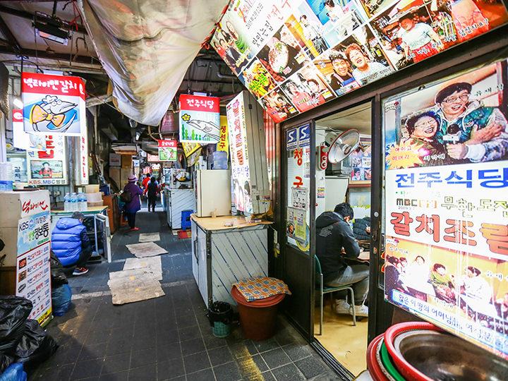 14e5334b01f 建物の中はもちろん、小さな路地の隙間まで店舗がぎっしり軒を連ねる南大門市場。その数なんと10,000店あまり!