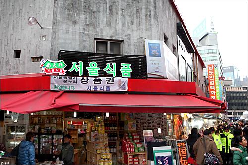 お土産・コスメ店街(地図:青1)韓国海苔などの食料品店が連なる。プチプラコスメも。