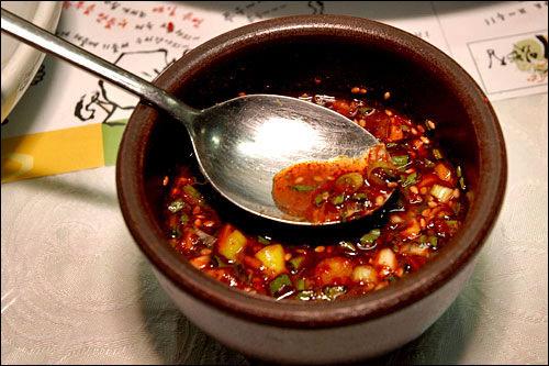 薬味野菜や唐辛子粉を入れるとピリ辛ダレが完成
