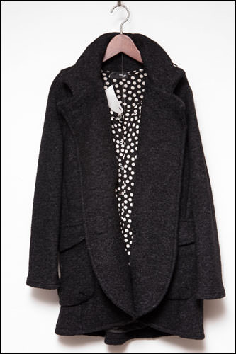 丸みのある襟元のコート139,000ウォン