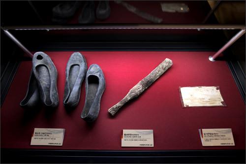 収監者が使ったゴム靴など