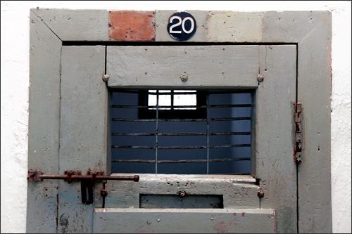 小さな監房の窓