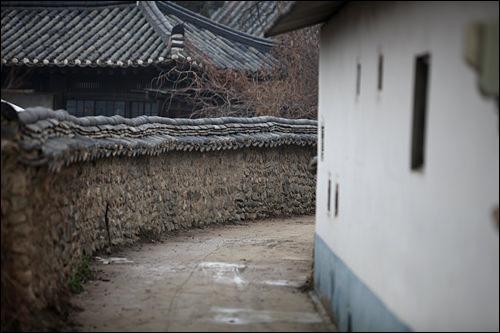 曲がりくねった石垣道と韓屋。遠い昔に来たような三支川村