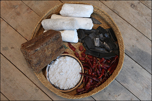 醤油作りの材料。竹墨やなつめも一緒に仕込む