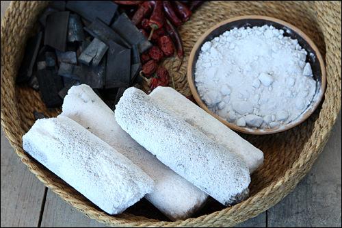 棒状の竹塩は粉末にして使う