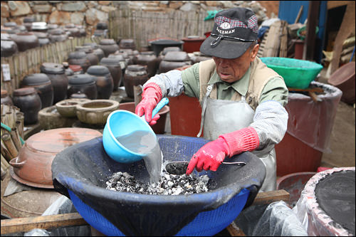 竹塩と地下岩盤水を混合し竹塩水を作る