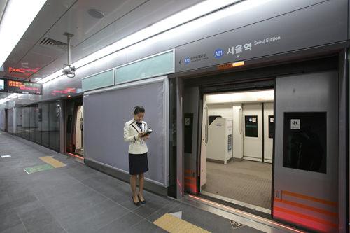 客車案内員と列車