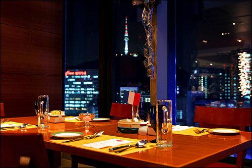 La tableイビスアンバサダーソウル明洞ホテルの19階にあるビュッフェレストランで、カフェとしての利用も可。窓際の席からは、遠くにNソウルタワーも見える。