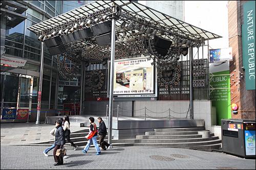 ミリオレステージ週末の夜にダンス大会など行なわれるが、昼間の催しはなく、ステージ脇や階段に座って休む人も多い。待ち合わせ場所としても有名。