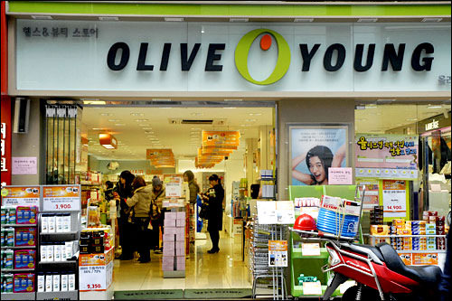 OLIVE YOUNG日本の洗顔料やコスメもあり、やっぱり日本製派という人におすすめ。韓国のドラッグストア的存在。