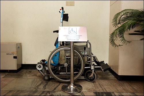 車椅子レンタル主要施設ごとに車椅子があります。外からMシアターとチェンバーホールに上がる際は車椅子用リフトが設置されているので、利用する場合は案内デスクか警備員まで。