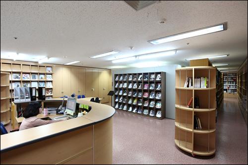 資料室大劇場3階、文化芸術に関する書籍や雑誌、世宗文化会館で行なわれた公演パンフレットやなどを所蔵。閲覧のみ可能です。開館時間:9:30~17:30、休日:月・土・日・祝