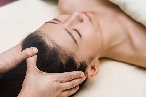 頭皮ケア顔とつながる頭皮を指圧。リフレッシュ効果だけでなく顔色のトーンアップも。