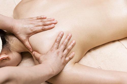 アロマオイルケアオイルを使用しコリがたまりやすい肩や背中をマッサージ。