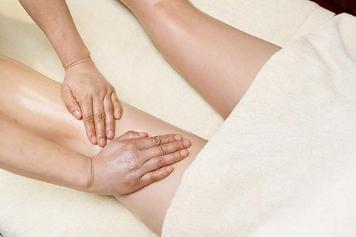 太もも・ふくらはぎケア リンパの流れに沿って、足全体をマッサージします。