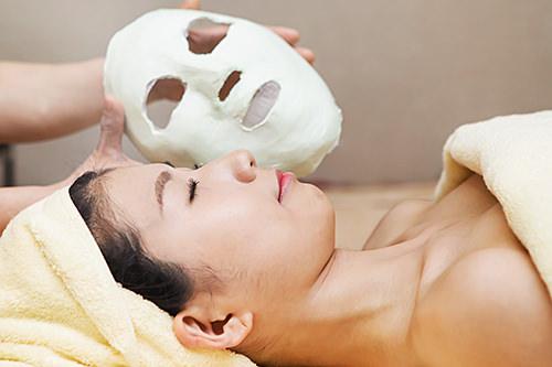 1次石膏パック石膏パックをのせると徐々に温度が上昇。じんわり温まることで肌の新陳代謝を高めます。