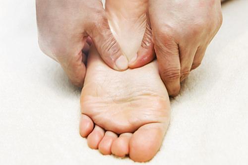 足裏アロマケア つぼを指で強く刺激します。足のだるさがすっきり。
