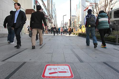 禁煙区域となり取り締まりを強化した江南駅前の大通り