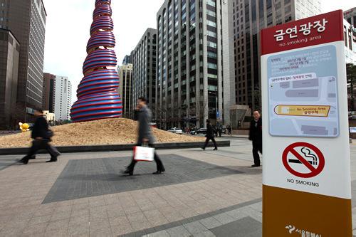 清渓川広場、貝のモニュメント前には禁煙の看板が