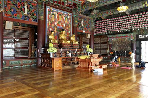釈迦牟尼仏などが安置された内部
