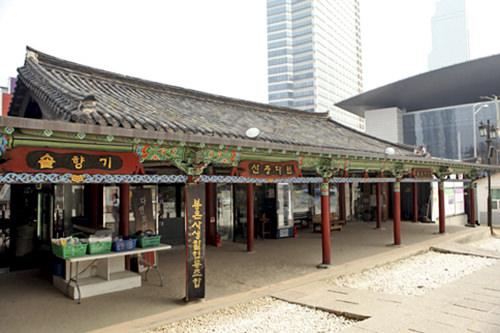 境内の入り口付近にある仏教用品店