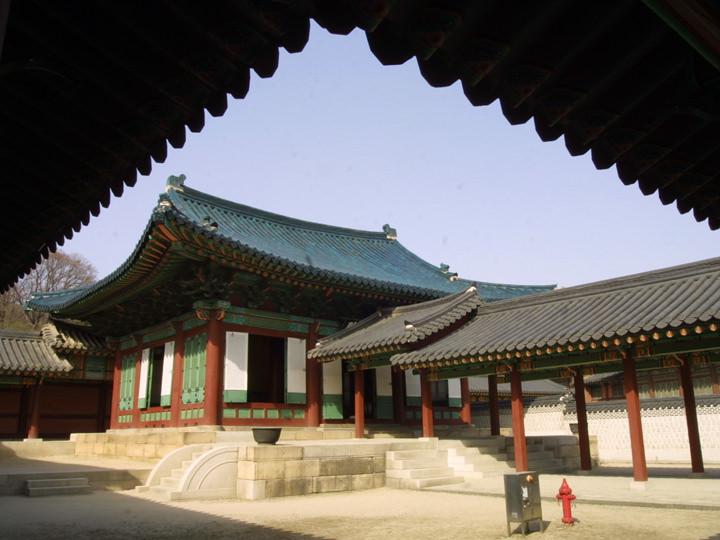 現存する宮殿の中で唯一青い瓦屋根をもつ