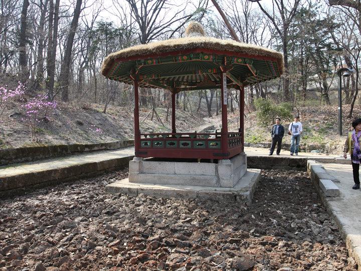 昌徳宮で唯一草葺の屋根を持つ清義亭