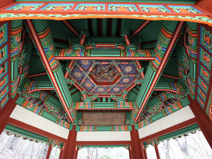 華やかな天井画の尊徳亭