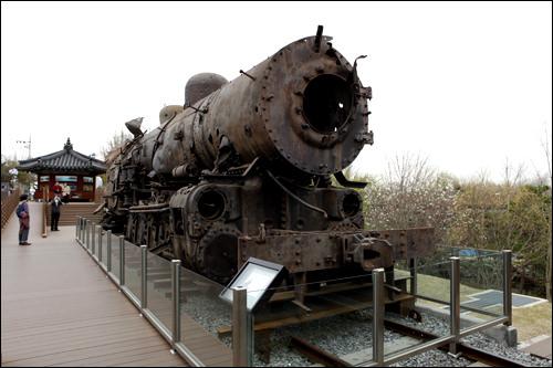 爆撃を受けた機関車