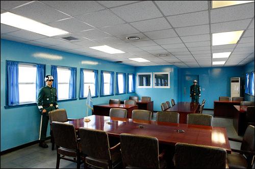 UN旗が置かれたテーブルの中心を境界線が走る