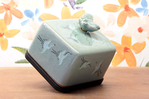 青磁のケースに韓国の伝統的な絵柄が描かれた「雲鶴」75,000ウォン