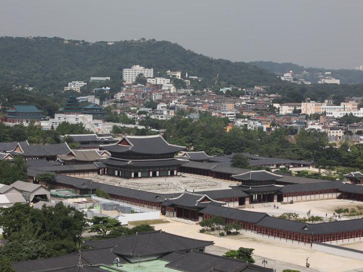 写真中央の大きな建物が勤政殿