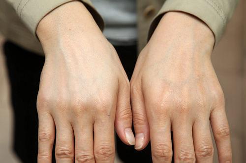 塗った右手は、肌のツヤもトーンもこんなに違う!