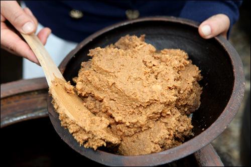 豆麹だけを取り出し熟成させると完成