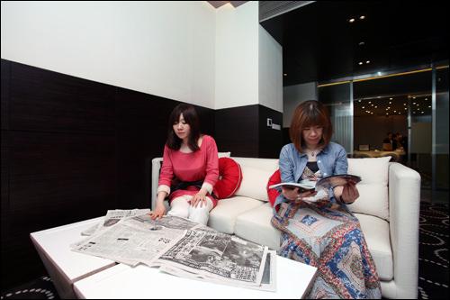 ビジネスルーム(5階、6:30~22:00)M:パソコンはもちろん、大きなソファで日本の新聞や雑誌を読めるのがイイ