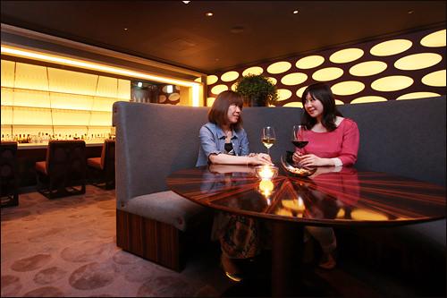 ザ・ラウンジ(B1F、14:00~翌1:00) ガミ:夜はシックでモダンなバーで贅沢な時間を。ホテル内にあるので夜更かししても安心だ~!