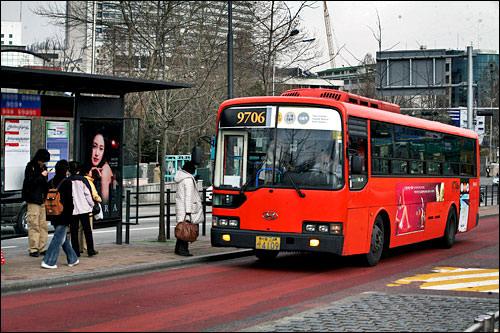 レッドバスソウル都心部と首都圏を急行で結ぶ広域バスで、一部の路線は高速道路も利用。